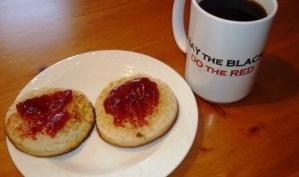 Полезный завтрак: кофе и хлеб с маслом