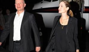 Анджелина Джоли заменила помолвочное кольцо на обручальное