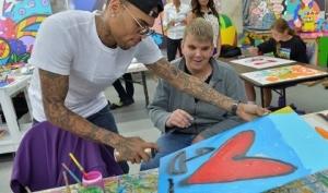 Крис Браун стал художником для благотворительности
