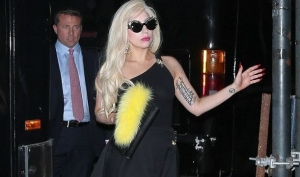 Леди Гага снова ходит на каблуках