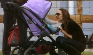 Виктория Бекхэм улыбается дочке