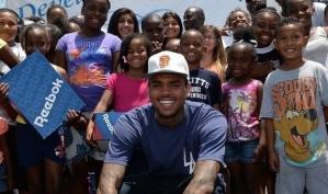 Крис Браун раздал обувь нуждающимся детям