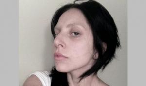 Леди Гага проколола нос и показала фото без макияжа