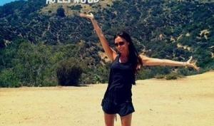 Виктория Бекхэм улыбается в Голливуде