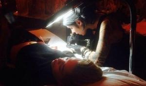 Майли Сайрус сделала новую татуировку с портретом бабушки