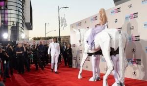 Леди Гага приехала на церемонию AMA на коне
