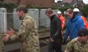 Принц Гарри и принц Уильям помогли бороться с наводнением в Англии