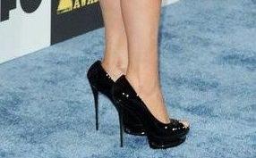 Муж Мэрайи Кэрри заставляет ее перейти на обувь без каблуков