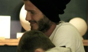 Дэвид Бекхэм с детьми красит чайники и кружки