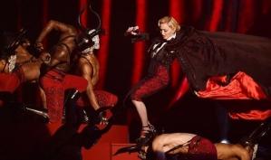 Мадонна упала на сцене на BRIT Awards