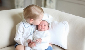 Кейт Миддлтон показала первые фото принцессы Шарлотты