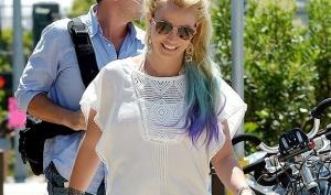 Бритни Спирс покрасила волосы в разные цвета