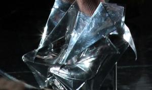 Леди Гага бросается туфлями от Армани