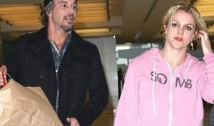 Бритни Спирс показала Санте обручальное кольцо