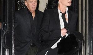 Жена Майкла Дугласа расплакалась, узнав о его выздоровлении