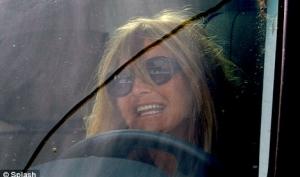 Голди Хоун водит машину с ребёнком на коленках