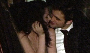 Роберт Паттинсон и Кристен Стюарт целуются на премьере нового фильма