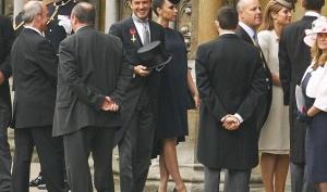 Беременная Виктория Бекхэм для королевской свадьбы выбрала траурный наряд