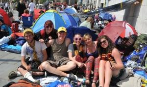 Перед премьерой Гарри Поттера фанаты строят палаточные лагеря в Лондоне
