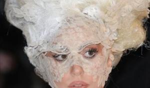 Леди Гага не видит в Пэрис Хилтон актрисы