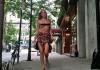 Дочь Брюса Уиллиса и Деми Мур прошла по улице с голой грудью