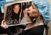 Скандальная фотосессия Мишель МакГи с фотографией Сандры Буллок