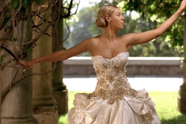 Бьенсе в свадебном платье